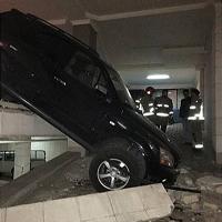 سقوط خودروی سواری مدل بالا در رمپ ورودی پارکینگ + تصاویر