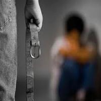 ضرب و شتم وحشیانه کودک ۷ ساله با کمربند در خیابان +تصاویر