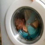 مرگ وحشتناک دو قلوهای ۳ساله در ماشین لباسشویی +تصاویر
