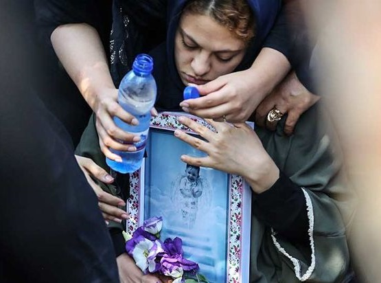 تصاویر تلخی از وداع آخر مادر و پدر بنیتا کوچولو در مراسم تشییع فرزندشان