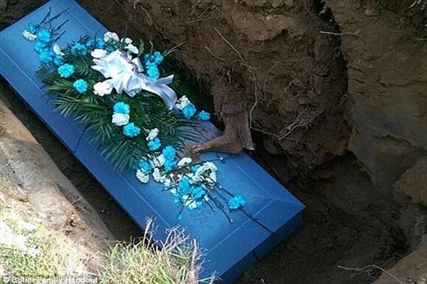 پای بیرون افتاده یک جنازه همه را وحشت زده کرد! +عکس