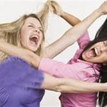 درگیری وحشتناک دو دختر دانش آموز سوژه رسانه ها شد +تصاویر