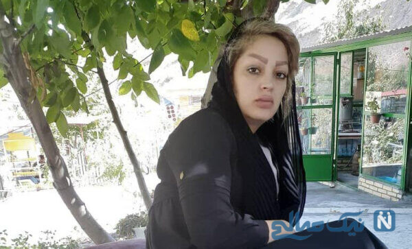 زن جوان آرایشگر