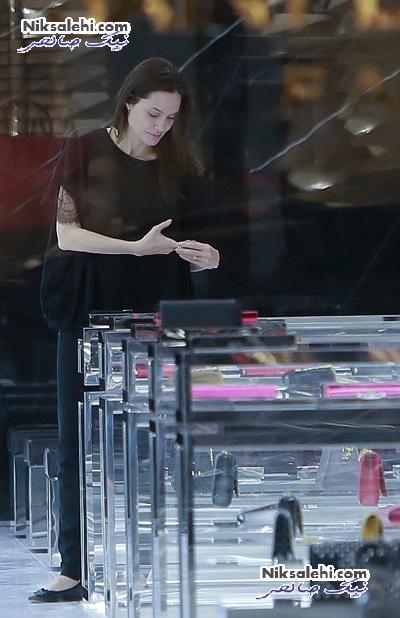 آنجلینا جولی بدون آرایش در یک مرکز خرید +عکس