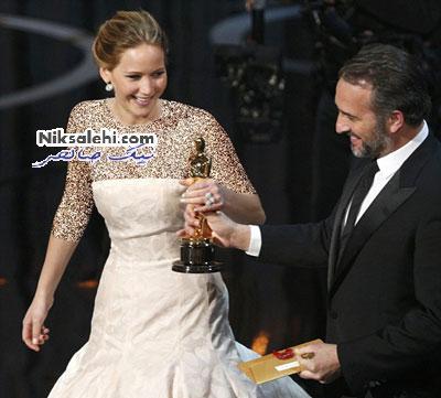 افتادن بهترین بازیگر زن اسکار از پله های سن+عکس