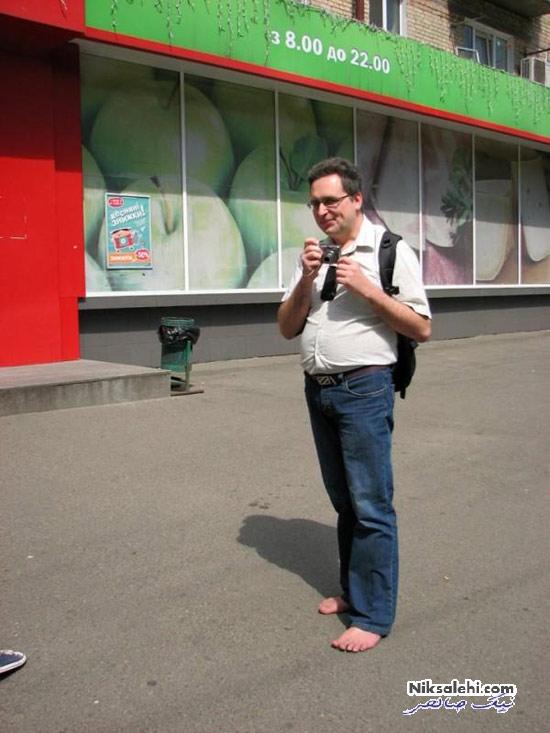 رفتار نامتعارف این مرد موجب خجالت همسر و فرزندانش شده +عکس