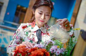 چهره جوان این خانم ۵۰ ساله کاربران اینترنتی را شگفت زده کرده! +عکس