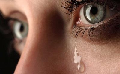 وضعیت عجیب دختری که اشک بنفش از چشم او خارج می شود!