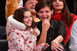دختر و همسر سابق تام کروز در حین تماشای مسابقه بسکتبال