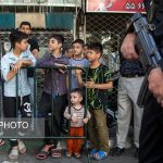 بچه های کنجکاو هنگام بازسازی صحنه سرقت از طلا فروشی