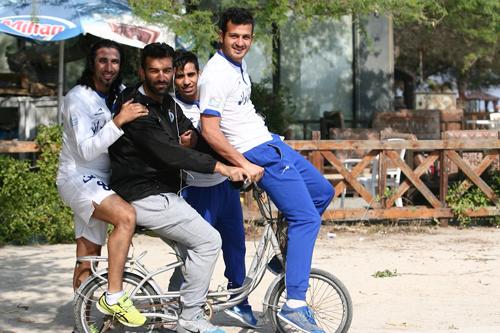 بازیکنان استقلال در کیش سوار بر یک دوچرخه عجیب + عکس