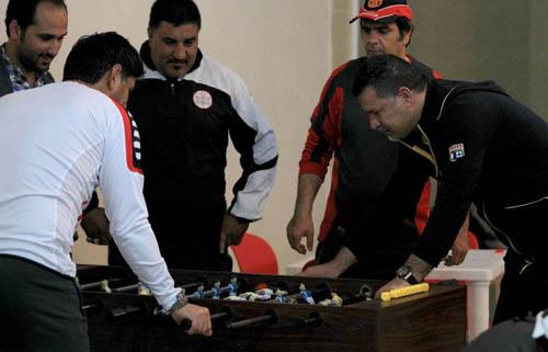 فوتبالدستی هیجان آمیز علی دایی با یک استقلالی + تصاویر