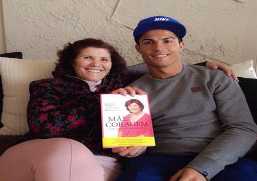 زنی که ستاره فوتبال کنارش احساس افتخار می کند + عکس