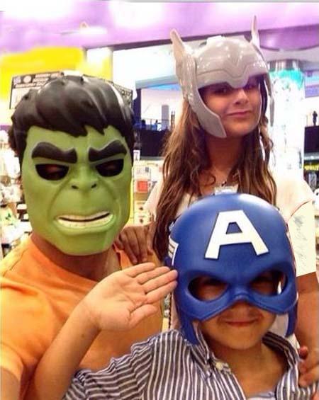 ژست جالب فرهاد مجیدی در کنار فرزندانش + عکس