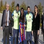 عکس یادگاری مسی و سوارز با دختر ایزدی نجات یافته از چنگال داعش
