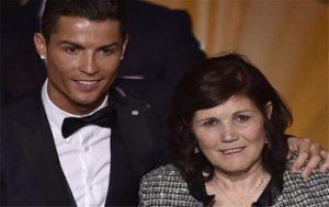 مادر کریس رونالدو برای آوردن دوقلوها به آمریکا سفر میکند