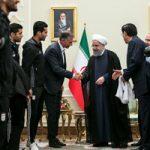 اهدای پیراهن شماره ۱۲ تیم ملی به رئیسجمهور + عکس