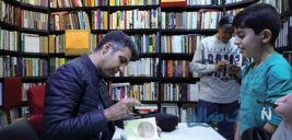 جشن امضای کتاب عادل فردوسی پور و واکنش وی به شعار هوادارانش +تصاویر