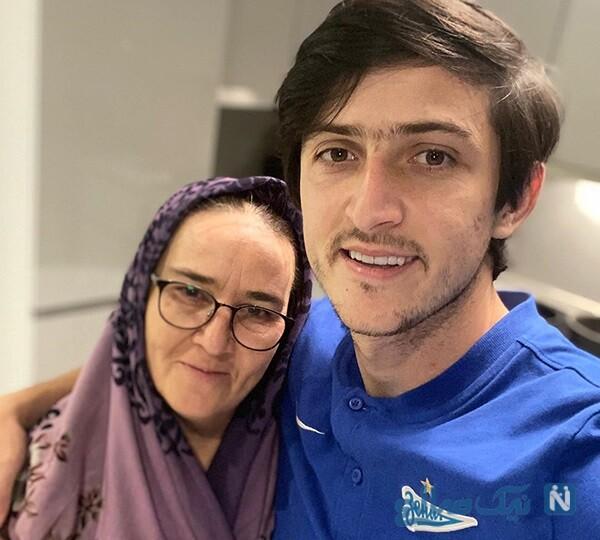 مادر سردار آزمون در کنار پسرش با کادوی روز تولد در روسیه