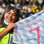 پیراهن کریستیانو رونالدو ستاره منچستر هدیه به مامور زن امنیتی