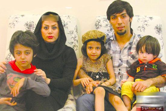 سید مهدی سید صالحی به همراه همسر و فرزندانش