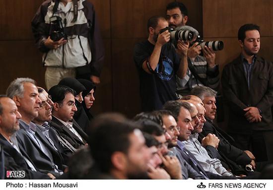 پسر حسن روحانی پای سخنرانی پدر/ عکس