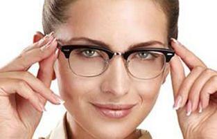 خط چشم و ریمل و سایه چشم برای خانم های عینکی!