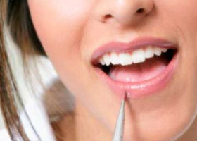آموزش براق کردن لب ها به وسیله آرایش در منزل!