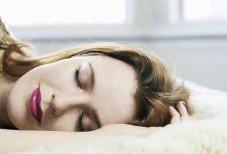 خوابيدن با آرايش چه عوارضي دارد