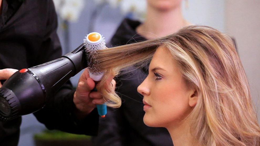 نحوه سشوار کشیدن برای جلوگیری از وز شدن موها