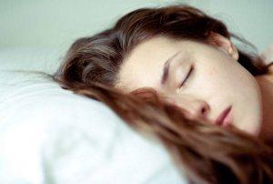خوابیدن با موهای خیس و آسیب هایی که به پوست سر وارد میکند!