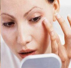 پف آلودگی اطراف چشم های خود را با روشهایی طبیعی برطرف کنید!