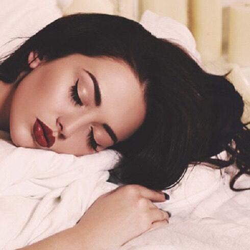 خوابیدن با مواد آرایشی