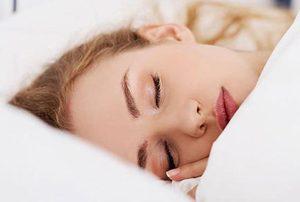 خوابیدن با مواد آرایشی چه آسیب هایی به صورت وارد می کند؟!